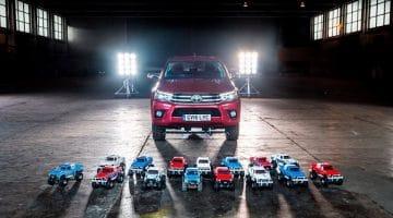 Toyota Hilux RC's trekken een Full Size Hilux