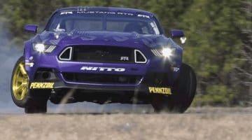 Vaughn Gitten Jr's Mustang RTR tilt een wiel op tijdens driften