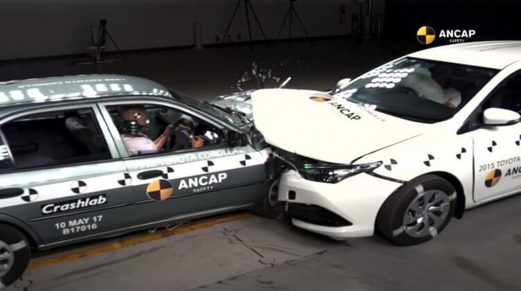 Crashtest tussen een Toyota Corolla uit 1998 en 2015