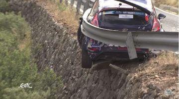 Vangrail voorkomt dat Fiesta R5 van de berg rolt