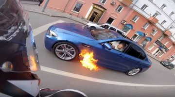 BMW M5 vliegt in de brand