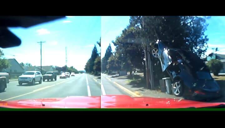 Camaro rijdt tegen paal omhoog