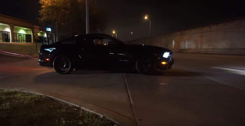 Ford Mustang verlaat een meeting