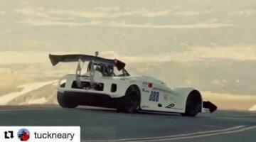 Pikes-Peak-racer-komt-wel-erg-dichtbij-de-afgrond