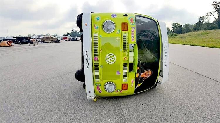 Video Deze Volkswagen Bus Racet Op Zijn Kant Over Het Circuit