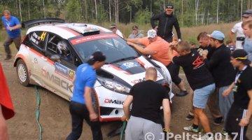 Gekke Finnen helpen gecrashte auto's