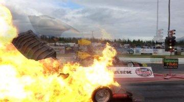 Supercharger vliegt rakelings langs cameraman