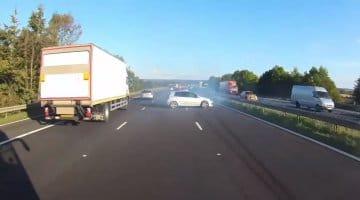Golf GTI Spint voor bus op snelweg