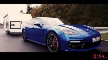 Porsche Panamera Sport Turismo sleept trailer over de Nordschleife