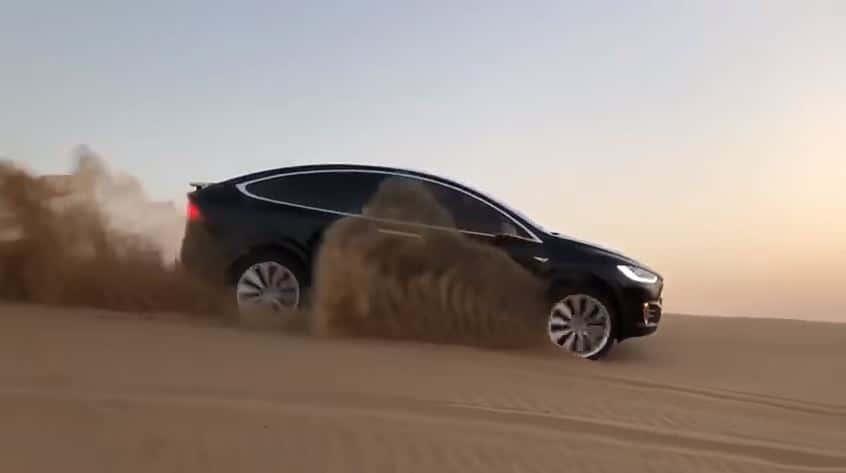 Tesla Model X in de Duinen