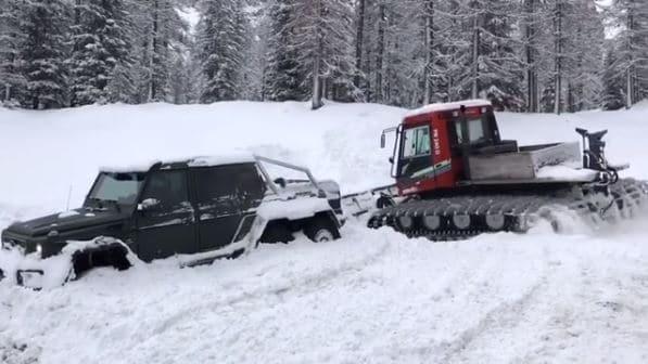 Mercedes-Benz G63 AMG 6x6 vast in sneeuw
