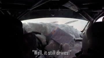 Rallycoureur rijdt met auto vol met sneeuw