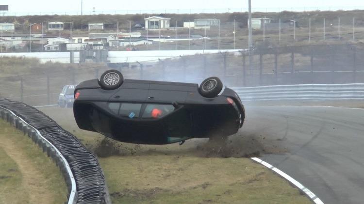 BMW E39 5-Serie over de kop in Scheivlak