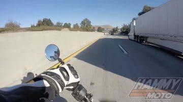 Motorrijder schuift onder vrachtwagen door