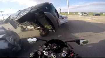 Motorrijder ziet de onderkant van een SUV