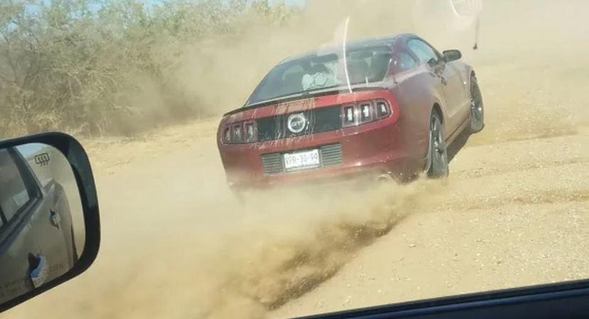 Ford Mustang vuurt stenen af op pickup truck