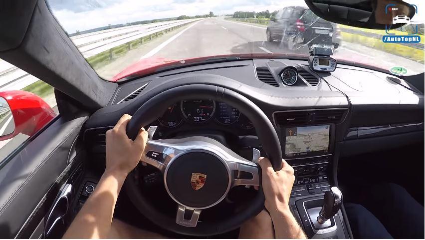 Porsche 911 Turbo S vliegt met 340 kmh over Autobahn