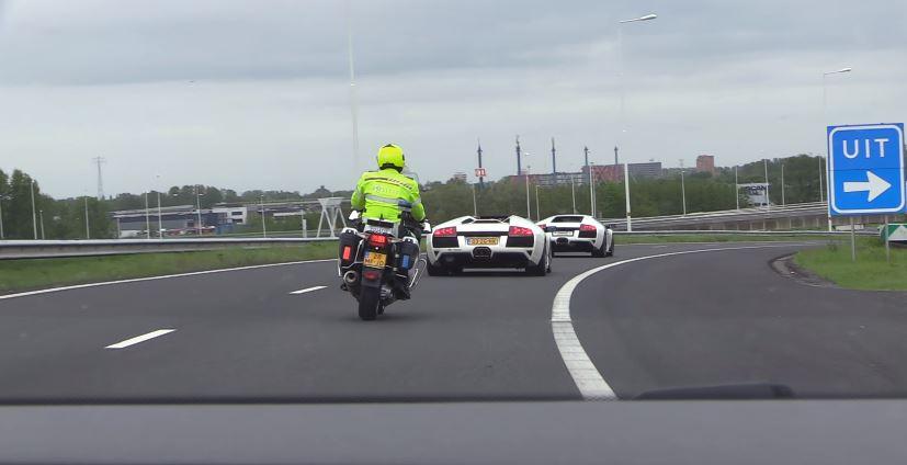 Politieagent volgt twee Lamborghini's