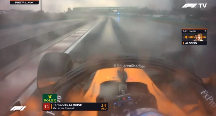 Alonso en race engineeer praten over banden