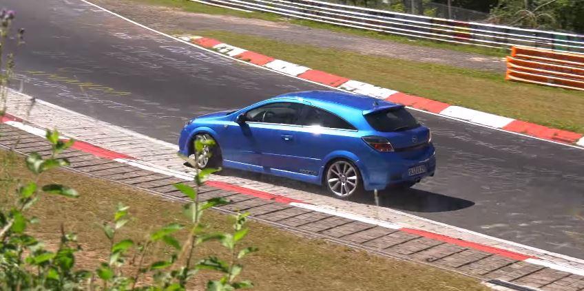 Dame stuurt Opel Astra OPC de vangrail in