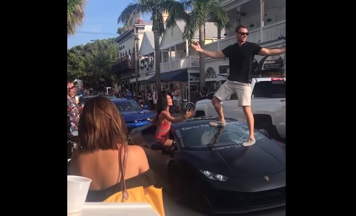 Man staat op Lamborghini