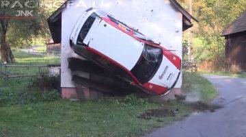 Rallyauto's crashen tegen gebouwen