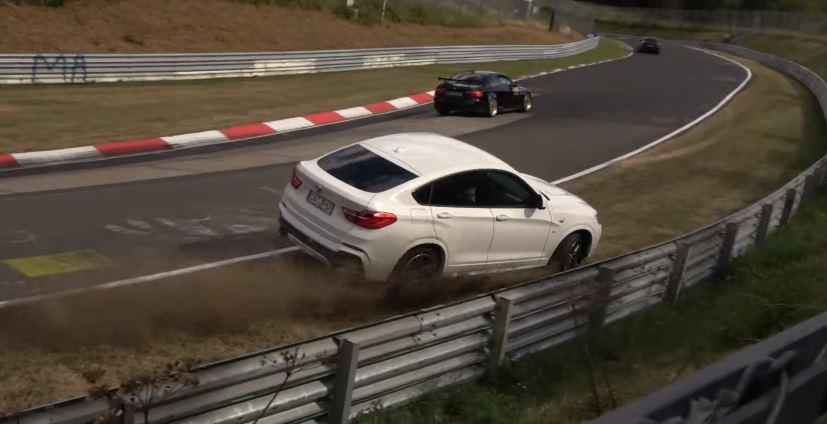 BMW X4 onderstuurd de vangrail in