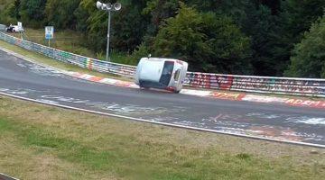 Daihatsu-Cuore-op-twee-wielen-door-de-bocht