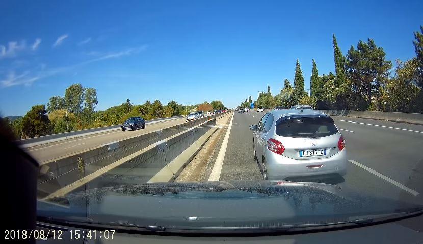 Peugeot-bestuurder stopt even om kaart te lezen