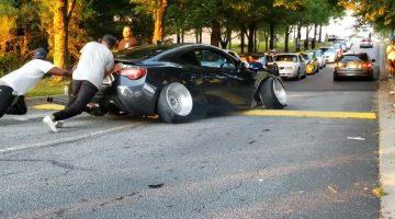 Scion FR-S zit vast op verkeersdrempel