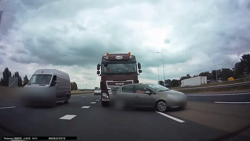 Vrachtwagen-tikt-Opel-aan-de-kant-op-A4
