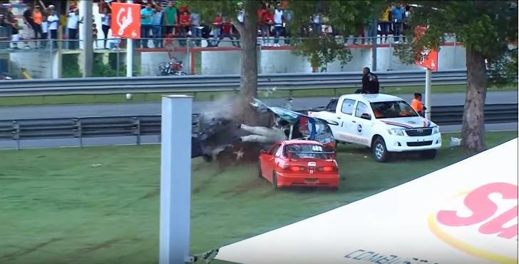 Honda Civic breekt in tweeen na crash