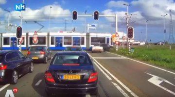 Auto rijdt door rood en botst op tram