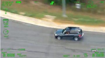 Vrouw vlucht met baby achterin voor politie