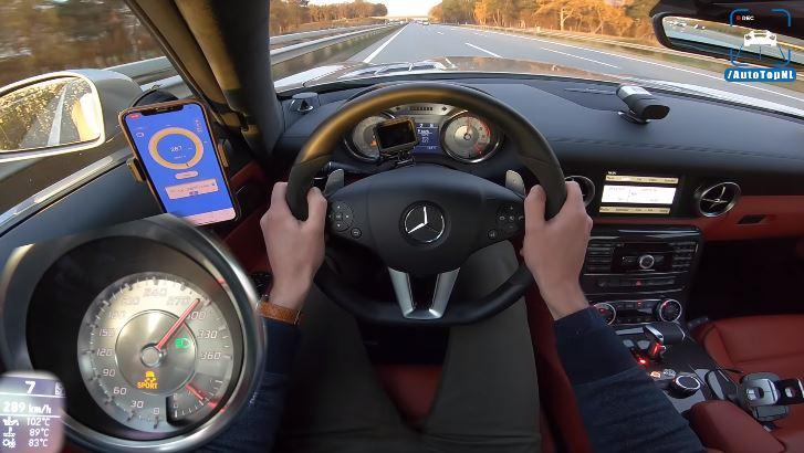 Supercharged Mercedes SLS AMG buldert naar 318 kmh