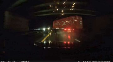 Vrachtwagen-raakt-viaduct