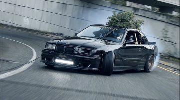 BMW E36 V8 drift door de straten van Seattle