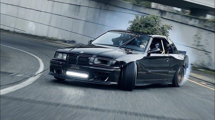 BMW E36 V8 drift door de straten van Seattle
