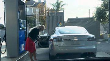 Dame probeert te tanken met een Tesla Model S