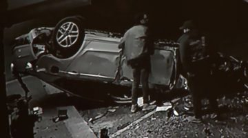 Man probeert auto om te duwen na crash