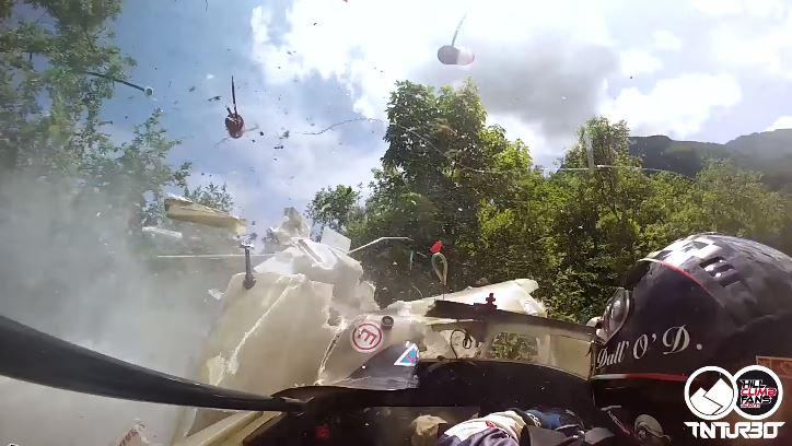 Radical SR4 knalt door vangrail heen tijdens hillclimb