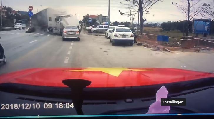 Vrouw en kind ontkomen maar net aan vrachtwagen