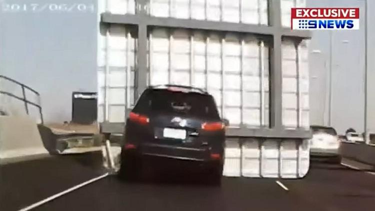 Enorm verkeersbord valt bovenop Hyundai Santa Fe