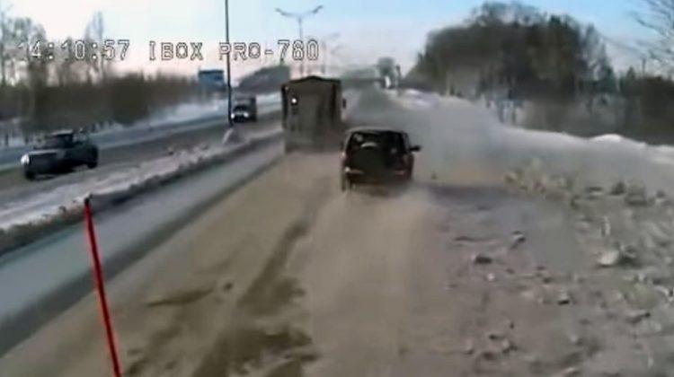 Lada Niva haalt sneeuwschuiver rechts in
