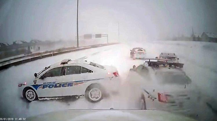 Politieauto's en bergwagen maken ongeval nog erger