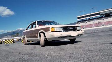 Audi 200 met houten wielen