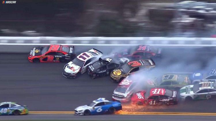 Massacrash elimineert driekwart van het veld tijdens opening NASCAR-seizoen