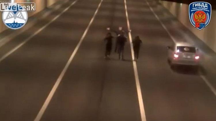 Russen stoppen in tunnel om foto's te maken