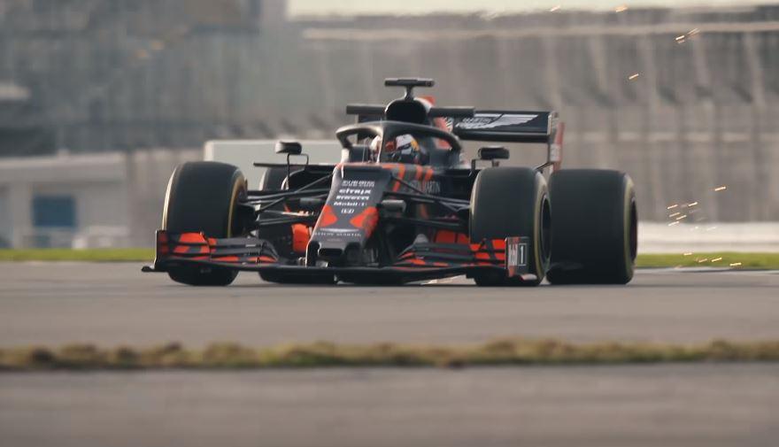 Zie Max Verstappen in actie met de Red Bull RB15