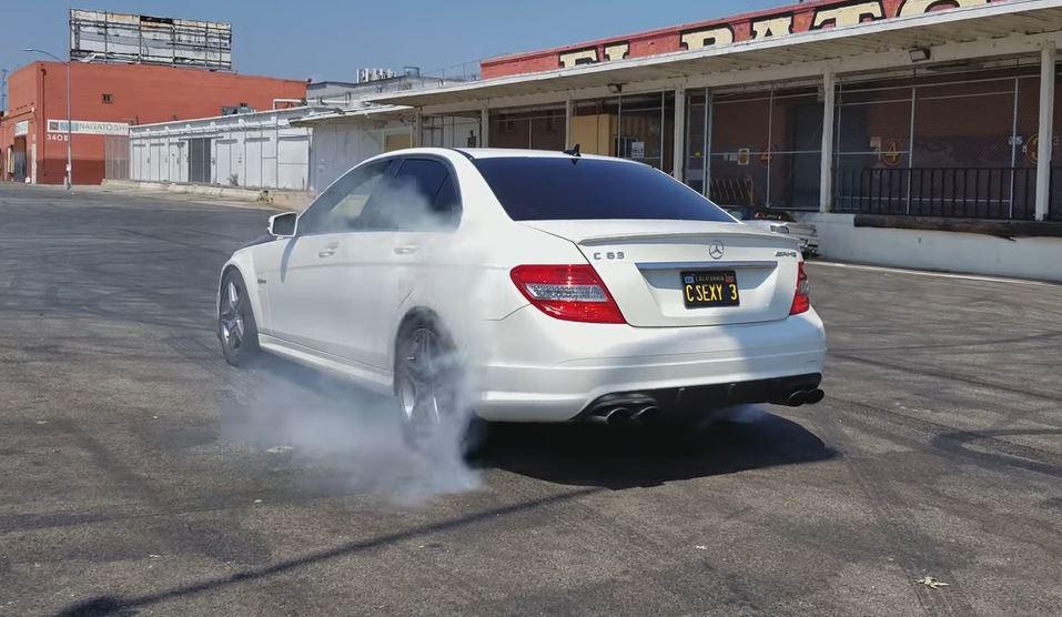 9-jarige maakt burnout in Mercedes-AMG C63